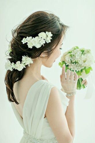 無造作でエアリーな雰囲気がおしゃれ。前髪はサイドパートに分け軽く巻いて下ろす ウェディングドレス・カラードレスに合う〜ラプンツェルみたいな花嫁衣装の髪型一覧〜
