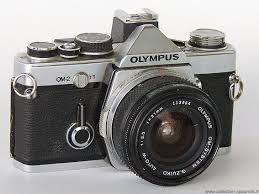 1975. L'OM2, clone électronique de l'Olympus OM1, avait un système ingénieux de lecture de la luminance sur le rideau de l'obturateur.