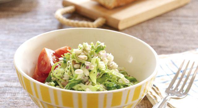 押し麦は大麦を消化のよい形に加工したもので、食物繊維は米の約20倍あります。またキャベツにも食物繊維が含まれるため、腸内環境を整えてくれる生活習慣病の予防改善サラダです。