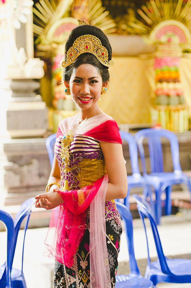 Noiva Balinesa - Traditional Balinese wedding ceremony | Gusde Photography and @Ari Krzyzek - Chykalophia - http://burnettsboards.com
