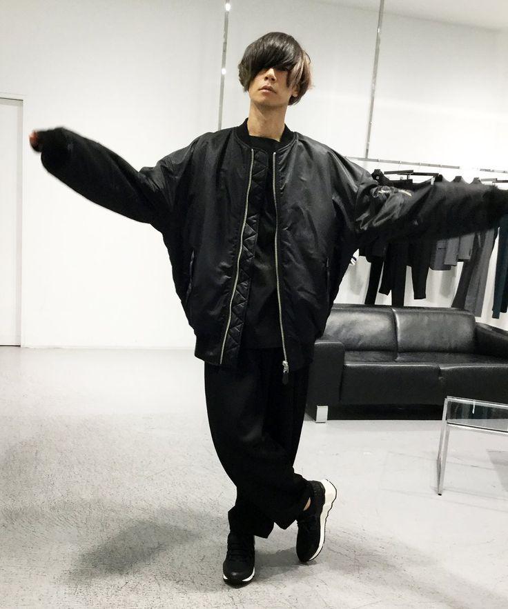 [Alexandros]川上洋平2017/7/24 本日はLITHIUM TOKYOに、[Alexandros]のVo.川上洋平さんにご来店頂きました!LITHIUM HOMME秋冬の新作を着用頂きました!正式名は、萌え袖MA-1ではなく、オーバーサイズドMA-1です!めっちゃ似合う!東コレならぬ、よぺコレは続きます!お楽しみに!