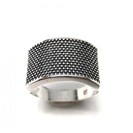 Sortija de plata de primera ley con puntitos oxy. Se puede grabar en su interior cualquier nombre, dedicatoria o fecha para personalizar el artículo