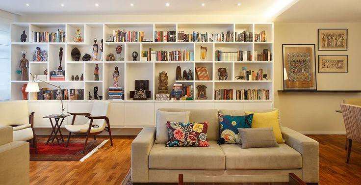 """""""Criamos esta estante de nichos para abrigar os livros, objetos, quadros e artesanatos que o morador gosta de trazer de suas viagens."""" PROJETO: Andrea Duarte"""