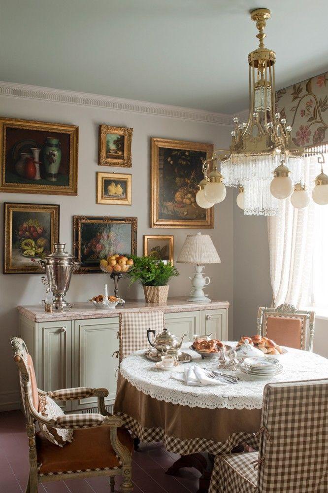 Кухня. Тканевое бандо, Lee Jofa. Чехлы на стульях, ткань Schumacher. Люстра, обеденный стол и стулья, Россия, 1900-е годы.