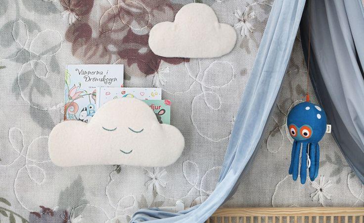 Snart är det internationella barnboksdagen, och det är viktigt att läsa böcker – redan som liten. En 17-åring som har läst under sin uppväxt har ett ordförråd på cirka 50 000–70 000 ord till skillnad från någon i samma ålder som inte har läst och bara har ett ordförråd på cirka 15 000–17 000 ord, enligt en undersökning från Stockholms universitet.  Här visar hemmafixbloggaren Monica Karlstein hur du gör ett bokställ för de minsta barnens godnattsagor i form av ett drömlikt moln.