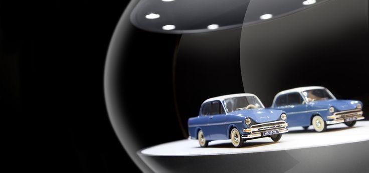 Een unieke display voor de presentatie voor uw pronkstukken! Het object komt vol in de picture door de LED-verlichting in het plafond en de spiegel als achterwand.