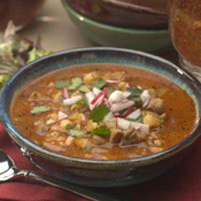 Granos de maíz, puerco, chiles y orégano, en un increíblemente delicioso caldo. Mmm… ¡No hay mejor manera de reconfortarse, que con un tradicional pozole de puerco!