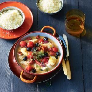 Visstoof met chorizo en olijven. Week de saffraan in de wijn. Verhit in een hapjespan de olijfolie. Bak de chorizo, knoflook en ui 3 min. Voeg de cherrytomaat..