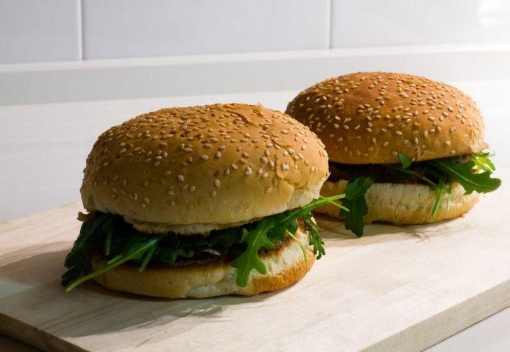 Panino con hamburger fatto in casa con pancetta croccante, salsa di yogurt con erba cipollina e rucola.