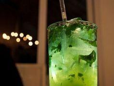 Ricette: come fare il mojito -  Ricetta: come fare il mojito  Ingredienti (per una persona):  -50 ml di rum chiaro cubano -un paio di cucchiaini di zucchero di canna -angostura (liquore sudamericano) -6/7 foglie di menta fresca -ghiaccio tritato -acqua gasata o soda -succo di lime  Come fare il mojito: Si inizia prendendo un bicchiere da cocktail (preferibilmente un tumbler, dunque alto) e deponendo sul fondo e ai lati la menta fresca e 2/3 cucchiaini di zucchero di canna; si consiglia di…