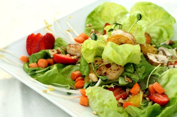 Ingrédients :  Salade : 1 tasse de laitue de votre choix 185g de fèves germées Oriental 1/4 tasse de carottes, coupées en rondelles 1/4 tasse de pois sucrés, coupés en trois 1 orange, coupée 1/2 tasse de fraises, coupées en rondelles 8 oz de crevettes, cuites 1 oignon vert 1 tasse de champignons 1/2 tasse de pousses de tournesol Pousse Vert 1/2 tasse de noix hachées de votre choix  Vinaigrette : 1 c. à thé de mayonnaise épicée 2 c. à thé de sauce soya 1 c. à thé d'huile de sésame…
