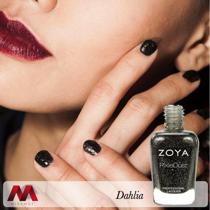 New York Moda Haftası'nda ünlü modacı Zang Toi, Zoya Dahlia ile tasarımlarına şıklık kattı.