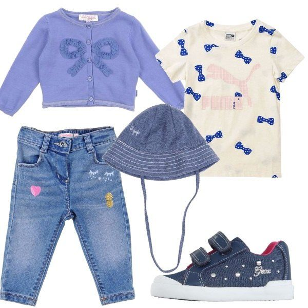 Jeans con pallettes e stampe, maglietta a maniche corte bianca con stampa a fiocchi blu, cardigan blu a maniche lunghe. Sneakers in denim con chiusura a strappo e cappellino di tela color blu.