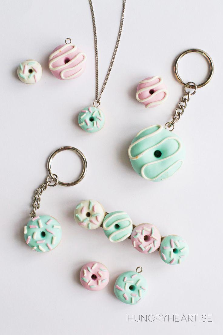 Så här gör du söta mini-donuts av lera med steg-för-steg-beskrivning. Donutsen kan du sedan använda till halsband, nyckelringar, hårklämmor och häftstift.