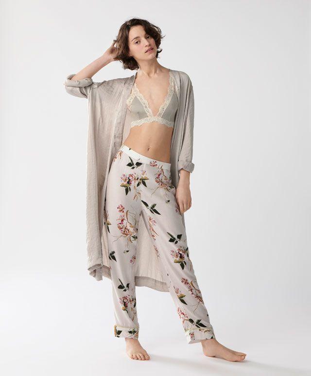 Pantalón oriental - Oysho - 19,99€.    Camisa oriental lazo - 22,99€.    Bata beige - 29,99€.    Bata oriental - 35,99€