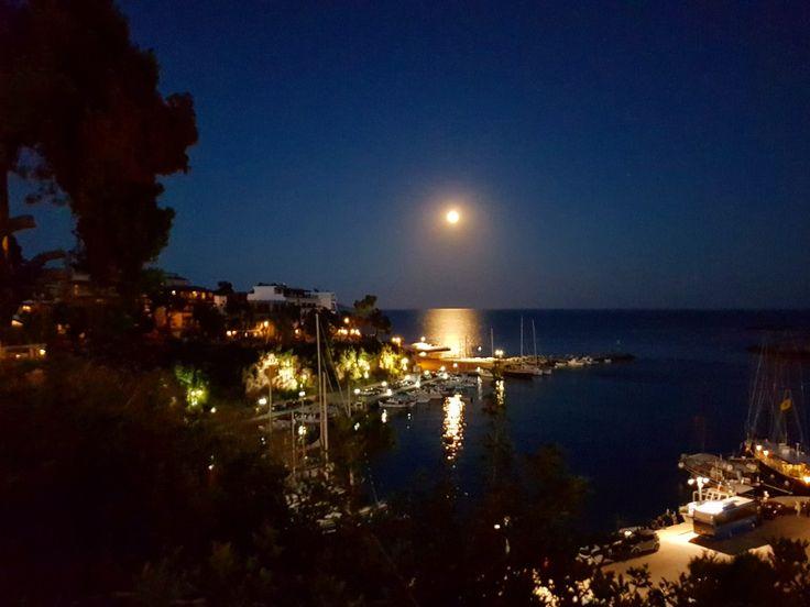 Full moon...🌕🌕🌕 🌏 www.angelosalonissos.com #angelos_apartments #alonissos #sporades #greece #summer2017 #port #fullmoon #amazing