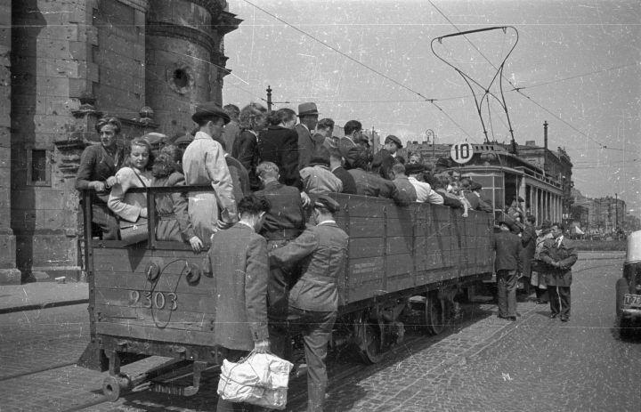 Warszawa, czerwiec 1948. Fot. PAP/ Stanisław Dąbrowiecki. Plac Zbawiciela, tramwaj z doczepionym dodatkowym wagonem-platformą. Po lewej kościół pw. Najświętszego Zbawiciela.