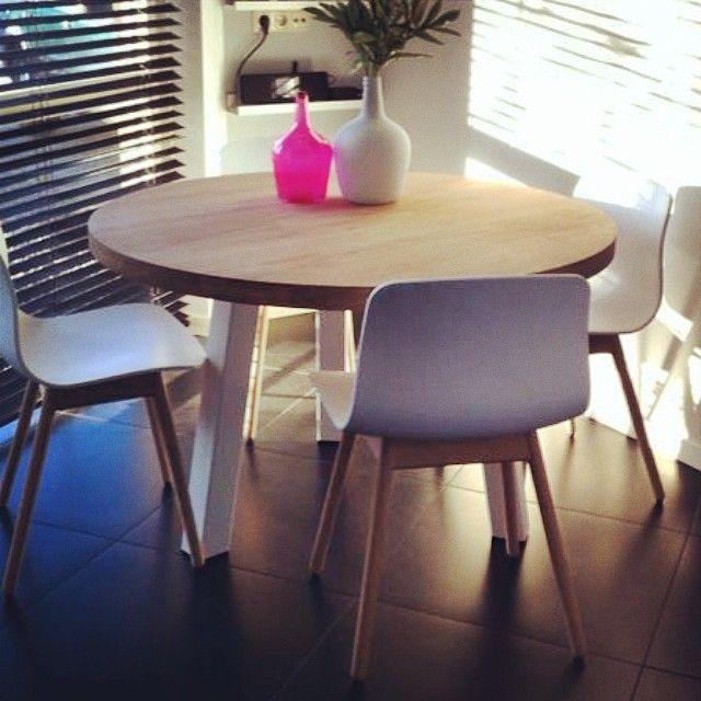 De ronde vorm van tafel Maadi maakt het meubel makkelijk toepasbaar in verschillende ruimtes. De drie poten zijn zo geplaatst dat er overal praktische zitplaatsen zijn. www.houtmerk.nl