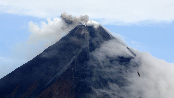 01/14/2018 - Volcanic ash triggers evacuation in Philippines, 'hazardous eruptions' feared (PHOTOS)