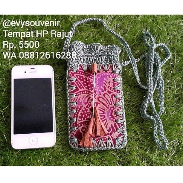 Souvenir Tempat HP rajut, warna kain dan motif campur , Rp. 5500 sudah termasuk kemasan plastik dan pita , LINE evysouvenir WA 08812616288