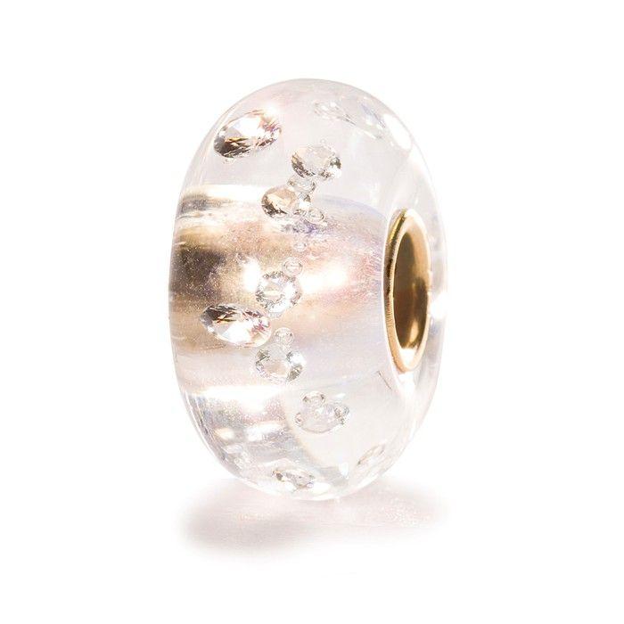 """""""Diamanter er en piges bedste ven"""" sang Marilyn Monroe i filmen """"Gentlemen Foretrækker Blondiner"""" fra 1953. Ja, diamanter har altid fascineret. Her er det 13 kubiske zirkoner indstøbt i krystal på en baggrund af 18 karat guld."""