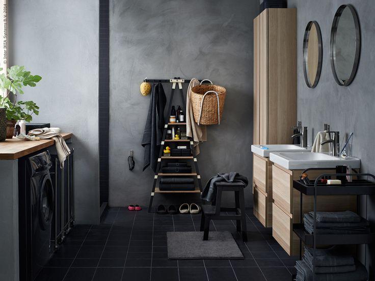 Ge badrummet den omtanke det förtjänar så kommer du att få lika mycket omtanke tillbaka – varje dag. GODMORGON kommod med två lådor i vitlaserad ek, ODENSVIK tvättställ, GODMORGON väggskåp, IKEA PS 2014 vägghylla, KASTANJENÖT kruka, BEKVÄM köksstege/pall, TOFTBO badrumsmatta, GRUNDTAL spegel, HJÄLMAREN rullvagn.