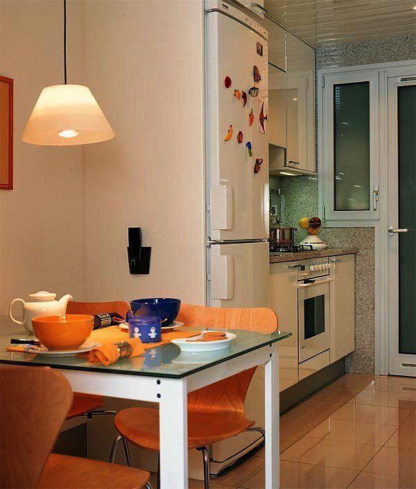 Si tu cocina es larga y estrecha coloca el comedor adosado a una de las paredes; #cocinaspequeñasestrecha
