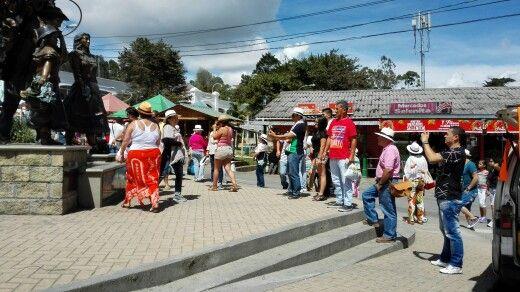 Los protagonistas en el parque de #SantaElenaMed hoy son los silleteros, los de la escultura :3