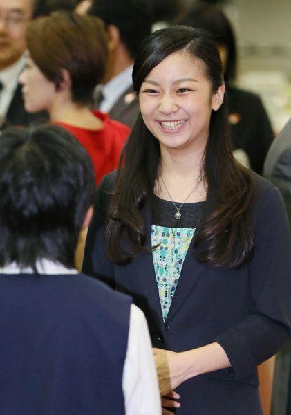 全国高校生手話パフォーマンス甲子園の交流会で、手話を交えて高校生たちと歓談される佳子さま=平成27年9月21日、鳥取県米子市の米子全日空ホテル