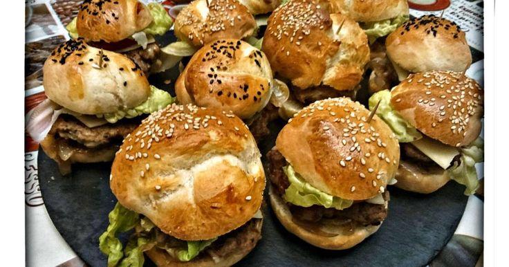 Fabulosa receta para Mini hamburguesas. Mini hamburguesas de carne, ideal para los cumpleaños de los mas pequeños.