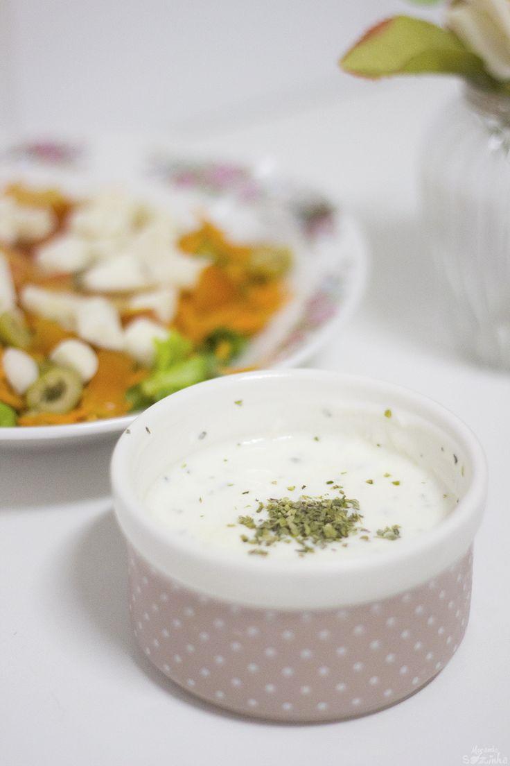 Molho de salada light – 1/2 pote de iogurte natural – 1/2 colher de sobremesa de azeite – 2 colheres de sopa de vinagre (pode ser de álcool ou de maçã) – 1 colher de sopa de requeijão – Orégano – 1 pitada de sal