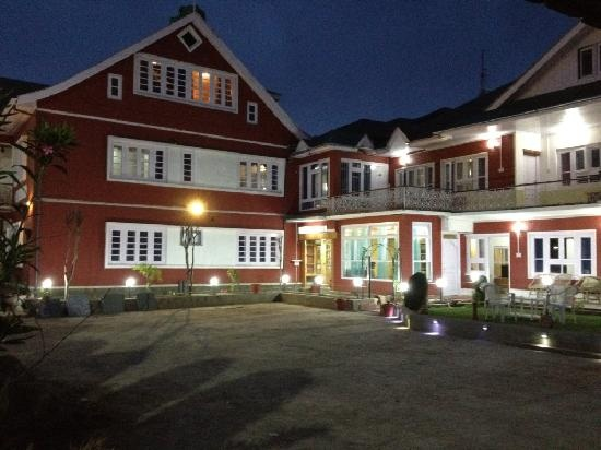 Walisons hotel conveniently places you right on the banks of Dal lake, indulged with comforts and conveniences.