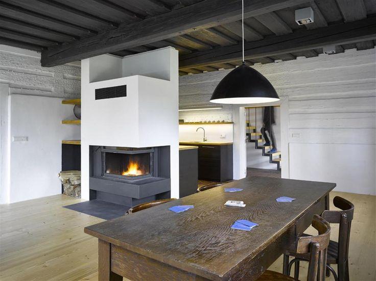 Rekonstrukce roubenky: uvnitř je teď wellnes, sauna, bazének a spousta prostoru pro tři rodiny - Aktuálně.cz