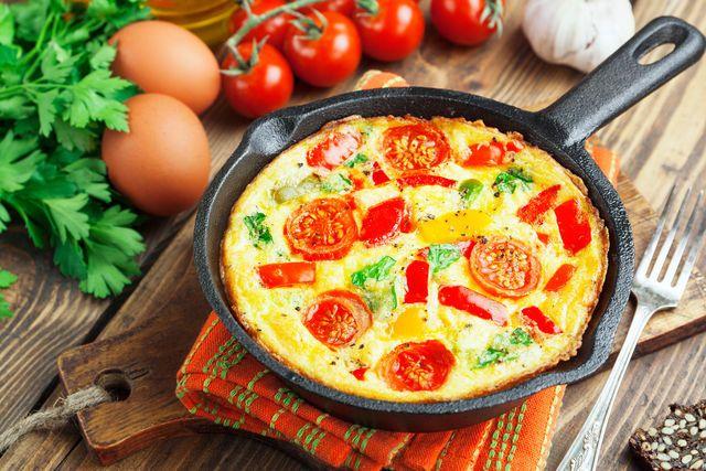 Фриттату можно нарезать как пирог и подавать со свежим салатом