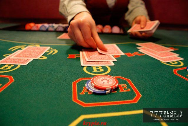 Профессия раздавать карты. Почти на каждом онлайн автомате есть риск-игра против дилера, который сдает карты. В обычных казино, где игра ведется за столом, крупье тоже называют дилером.