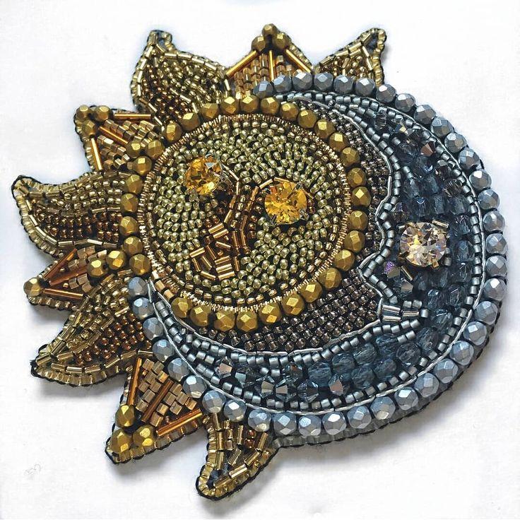 Автор @sad_embroidery   〰〰〰〰〰〰〰〰〰〰〰〰〰〰 По всем вопросам обращайтесь к авторам изделий!!!  #ручнаяработа #брошьизбисера #брошьручнойработы #вышивкабисером #мастер #бисер #handmade_prostor #handmadejewelry #brooch #beads #crystal #embroidery #swarovskicrystals #swarovski #купитьброшь #украшенияручнойработы #handmade #handemroidery #брошь #кольеручнойработы #кольеизбисера #браслеты #браслетручнойработы #сутажныеукрашения #сутаж #шибори #полимернаяглина #украшенияизполимернойглины