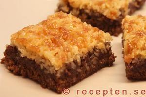 """Kokostoscakaka - eller """"Falsk Toscakaka"""". Seg chokladkaka med kokostoscatäcke som är väldigt god samt enkel och rationell att baka i långpanna."""