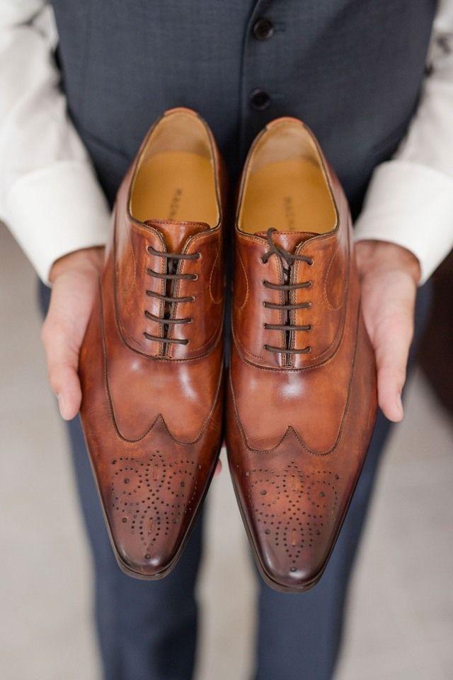 Credit:  - schoeisel, kleding, volk, voet (anatomie), twee, leer (stof), vrouw, mannelijk, mode, een, volwassen, bedrijfsleven, competitie, binnenshuis, meisje