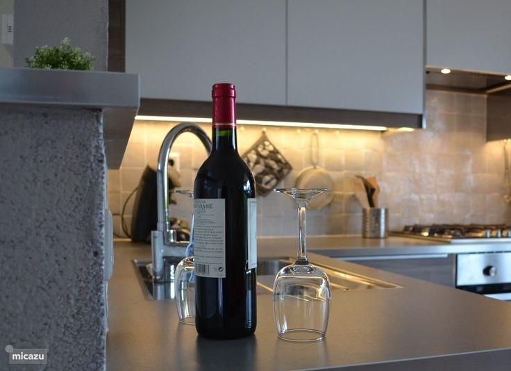 Nieuwe alles-erop-en- eraan keuken van Villa120 op Chateau Cazaleres. Gezelligheid kent geen tijd. www.vakantiewoninginfrankrijk.com