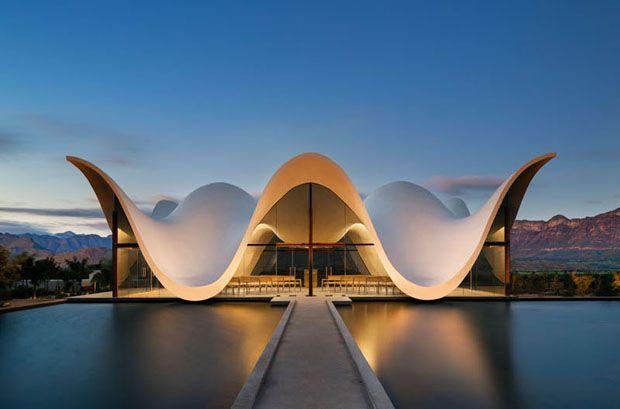 Capela com formato escultural imita curvas das montanhas