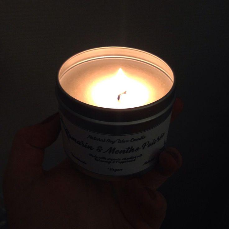 Une douce lumière pour éclairer la nuit. 🕯✨ Et en plus elle sent drôlement bon notre bougie Romarin - Menthe poivrée ! 😉🍃