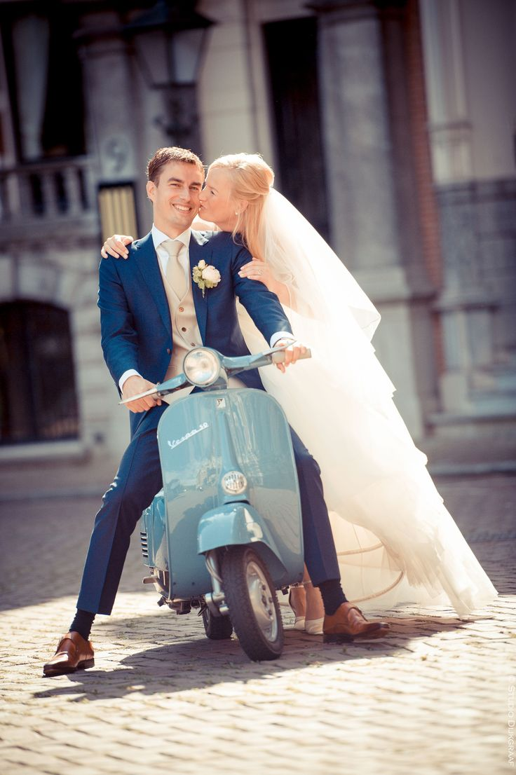 www.studiodijkgraaf.nl Trouwfoto bruidspaar met Vespa scooter