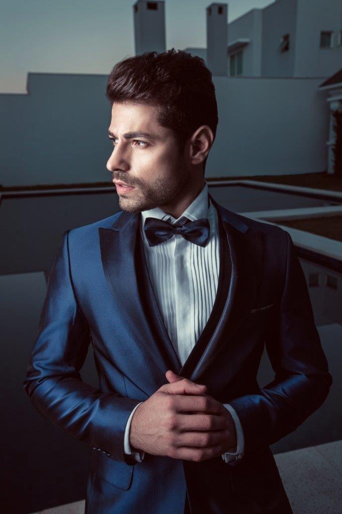 """A gente sabe que os homens adoram a palavra """"versatilidade""""; e esse smoking representa isso. Esse tecido azul BIC acetinado é dupla face! No paletó foi usado o lado mais claro e na lapela o lado mais escuro."""