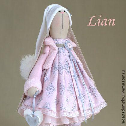 Нежная зайка  Lian - 39 см. Невероятно изящная и нежная заинька Лиан  в светло-розовых тонах. Тонкие серые  узоры на платьице и серые в белый горошек ушки  только  добавляют нежности и очарования.      Игрушка сшита из 100 % плотного хлопка.