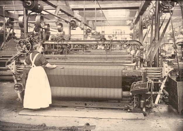 This is power loom A power loom is a mechanised loom powered by a line shaft. The first power loom was designed in 1784 by Edmund Cartwright and first built in 1785.