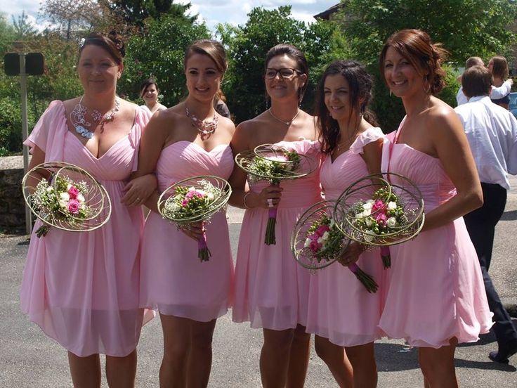 Mariage dans l'Ain. Demoiselles toutes assorties Robes rose poudre, bouquets identiques