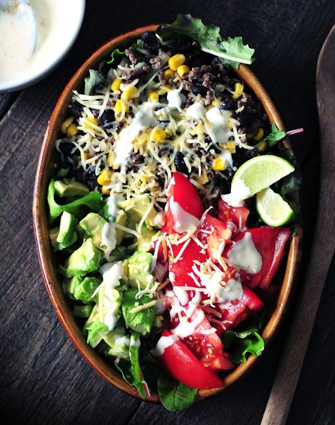 Mexicaanse gehaktsalade met avocado, zwarte bonen en een chili dressing. De gezonde variant van de taco! Deze gehaktsalade is voedzaam en erg lekker!