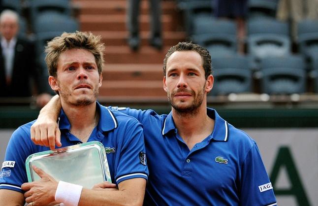 L'émotion envahit Nicolas Mahut et Michael Llodra au moment de la remise des trophées.