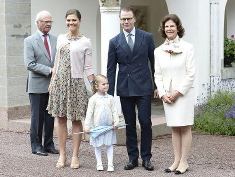 Koning Carl Gustaf, kroonprinses Victoria, prinses Estelle, prins Daniel en koningin Silvia poseren op de 38ste verjaardag van Victoria van Zweden