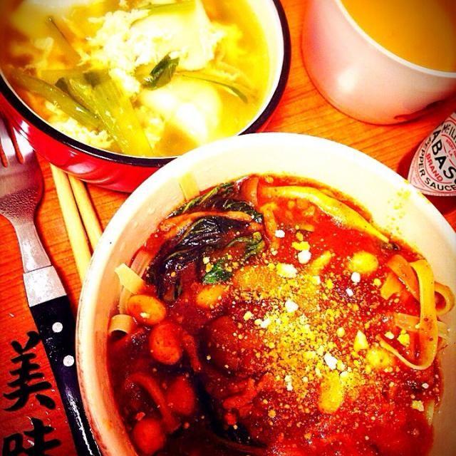 トマトソースパスタ。挽肉と菜っ葉と豆を入れて。太麺で(´◡͐`) 水餃子を入れて鶏がらスープと胡麻油とお醤油で。酸っぱくならないお酢をちょっとだけ入れました 旦那はこれの3倍食べ、最後にごはんに具をかけて食べ終わりました‥w 明日の分をお願いだから残してくれ(-。-; - 27件のもぐもぐ - トマト菜っ葉パスタと水餃子スープ by hanacooooo